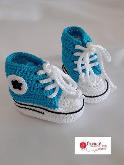 Scarpine da neonato in uncinetto in stile Converse